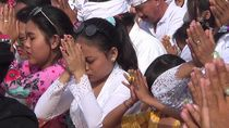Potret Umat Hindu Ikuti Upacara Melasti di Pantai Padanggalak