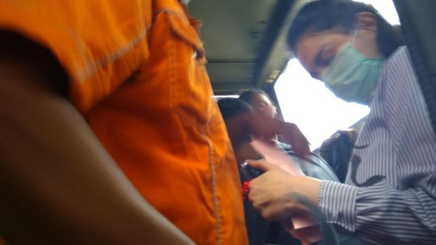 Jennifer Dunn menangis saat meneken surat penahanannya.