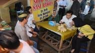 Sebelum Ditahan KPK, Ini Gaya Setya Novanto Nikmati Makanan