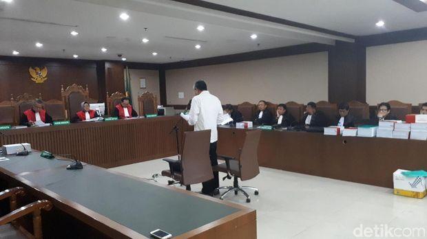 Gubernur Sulawesi Tenggara (Sultra) nonaktif, Nur Alam membacakan pleidoi di Pengadilan Tipikor Jakarta, Kamis (15/3/2018)