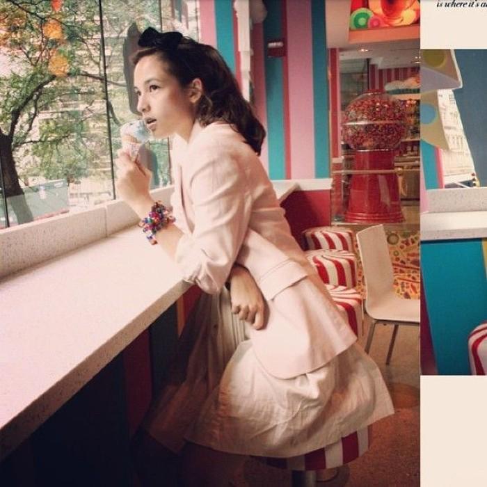 Si cantik Chelsea Islan doyan es krim, lho. Ini saat dirinya sedang berada di kedai permen kesukaannya di New York City. Duh, makan es krim aja posenya elegan banget. Foto: Instagram @chelseaislan