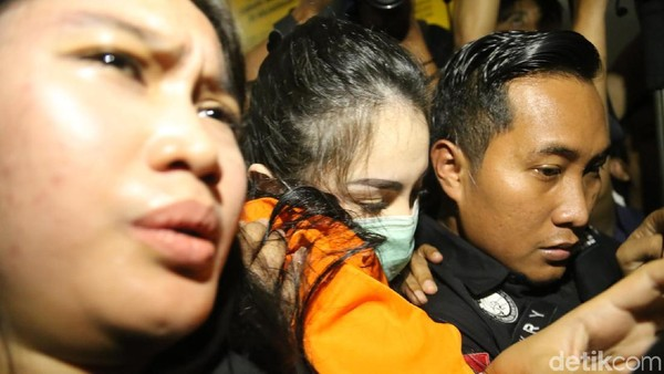 Tiba di Kejaksaan Negeri Jakarta Selatan, Jennifer Dunn Tertunduk