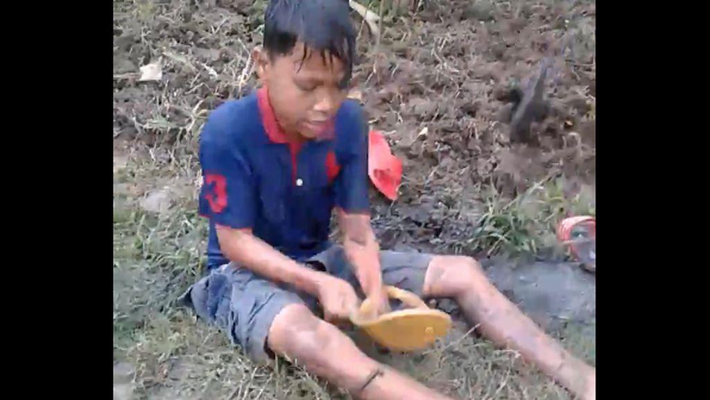 Viral Video Lucu Anak Histeris Digigit Lintah