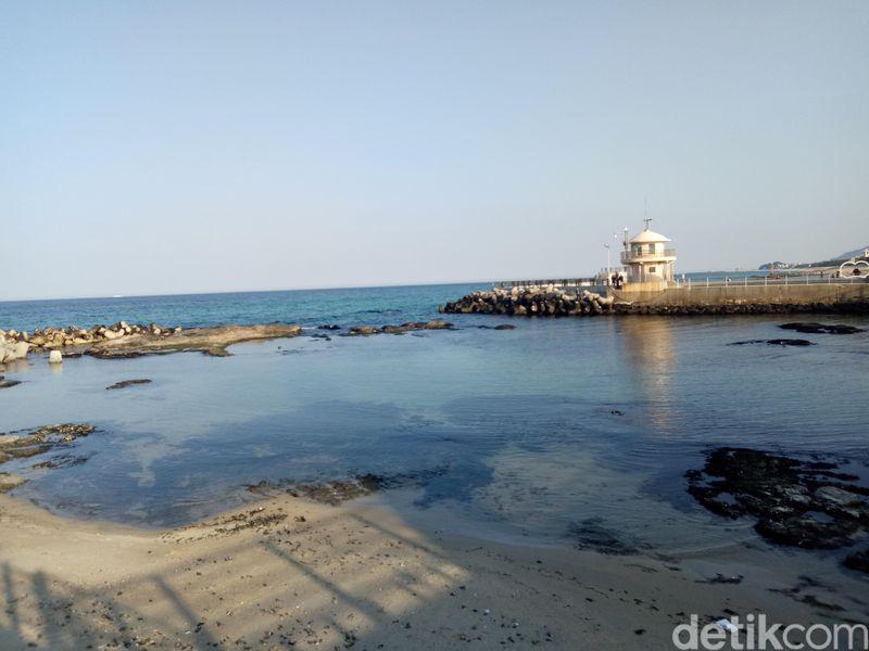Pantai Gyeongpo atau yang lebih dikenal Gyeongpo Beach terletak 1 kilometer dari Gyeongpodae, Gangwon, Korea Selatan. (Amalia/detikTravel)