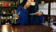Gaya Model Dominique Diyose Saat Ngopi dan Makan Bareng Suami