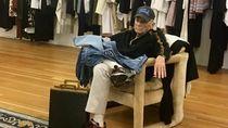 Foto: Lucunya Ekspresi Para Pria Saat Capek Nunggu Pasangan Belanja