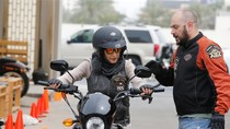 Wanita Asal Saudi Mulai Menggeber Motor