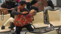 Viral, Foto Anak Gendong dan Suapi Ibunya yang Sakit Buat Netizen Meleleh