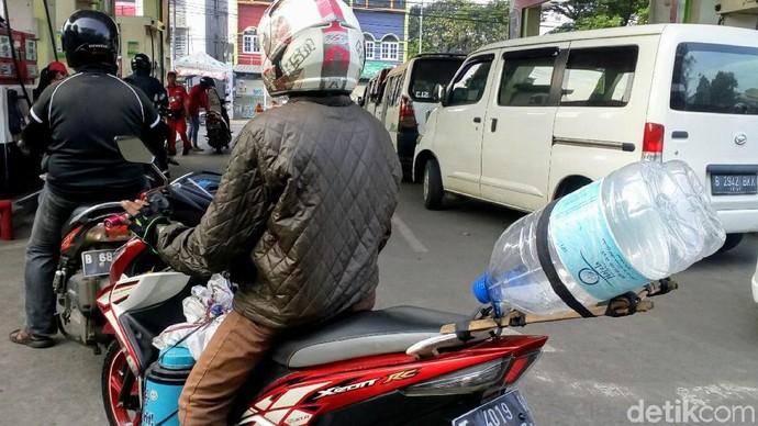 Haus Pak? 2 Botol Air Besar Terpasang di Motor
