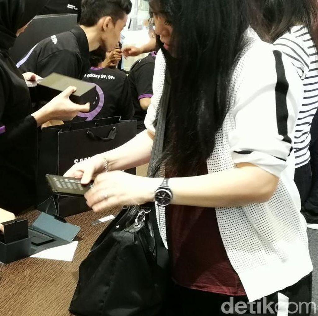 Suasana Penjualan Perdana Ponsel Rp 11,5 Juta di Jakarta