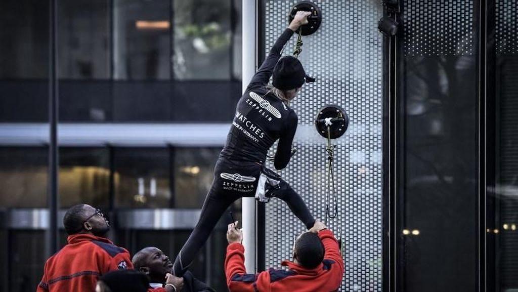 Riuh Dunia dalam Gambar: 'Hujan' Emas di Rusia, 'Spiderman' di Prancis