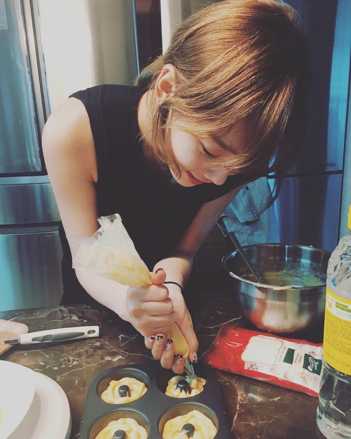 Meskipun aktivitasnya padat, Kim Taeyeon sempat membuat kue untuk Halloween lho. Coba tebak bikin apa ya? Foto: snsdfood