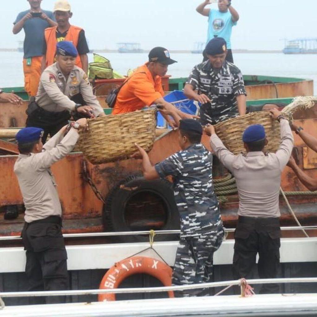 Kompak! Pakai Kapal Patroli Aparat Sisir Sampah di Kepulauan Seribu