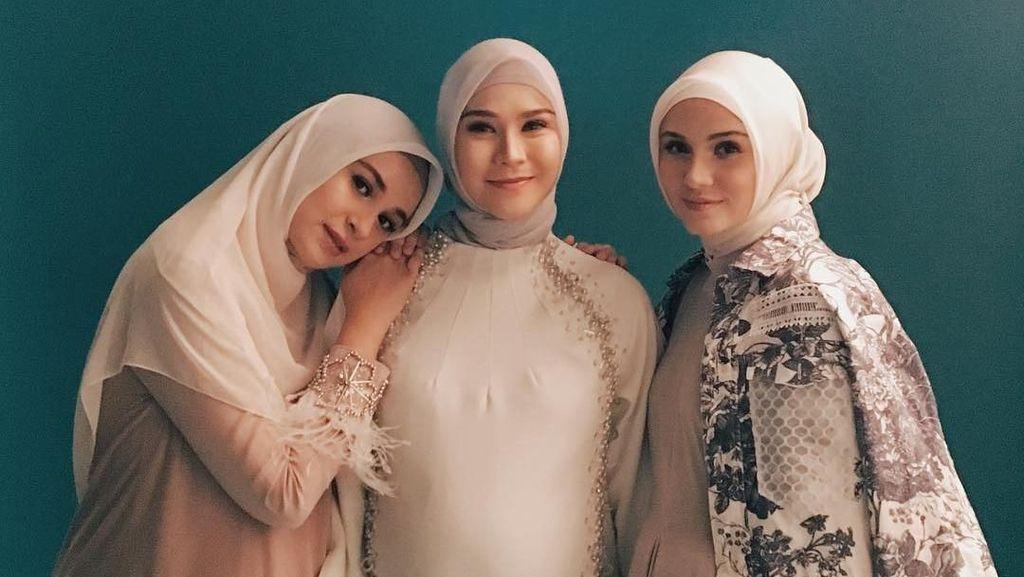 Kompak! Gaya Trio Bumil Berhijab: Zaskia, Shireen dan Zeezee Shahab