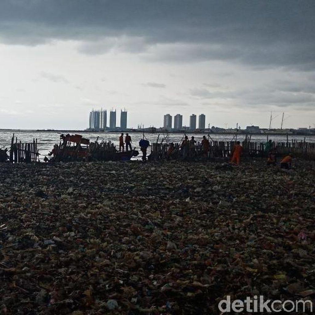 Total 19,3 Ton Sampah Teluk Jakarta Terangkut di Hari Pertama