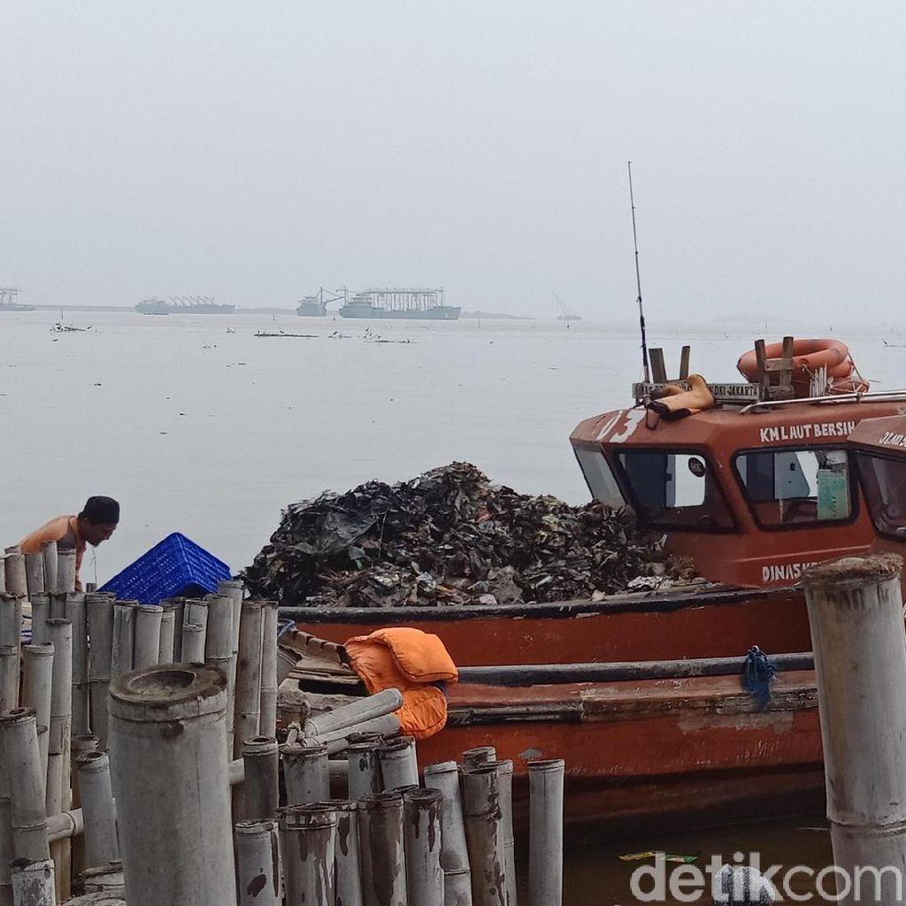 Foto: Kapal Fiber Pengangkut Lautan Sampah di Teluk Jakarta
