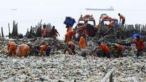 Pasukan Oranye Gotong Royong Bersihkan Lautan Sampah
