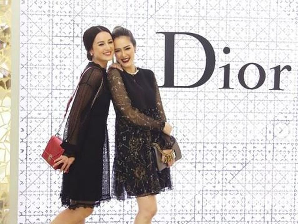 Sisterhood! Kompaknya Julie Estelle dan Cathy Sharon