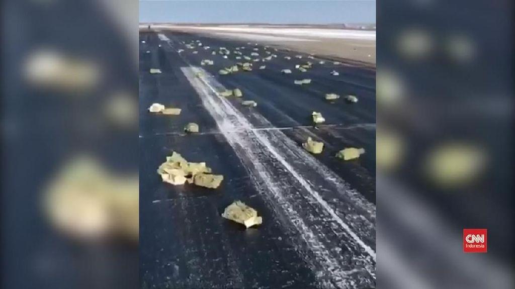 VIDEO: 'Hujan' Batangan Emas di Bandara Rusia