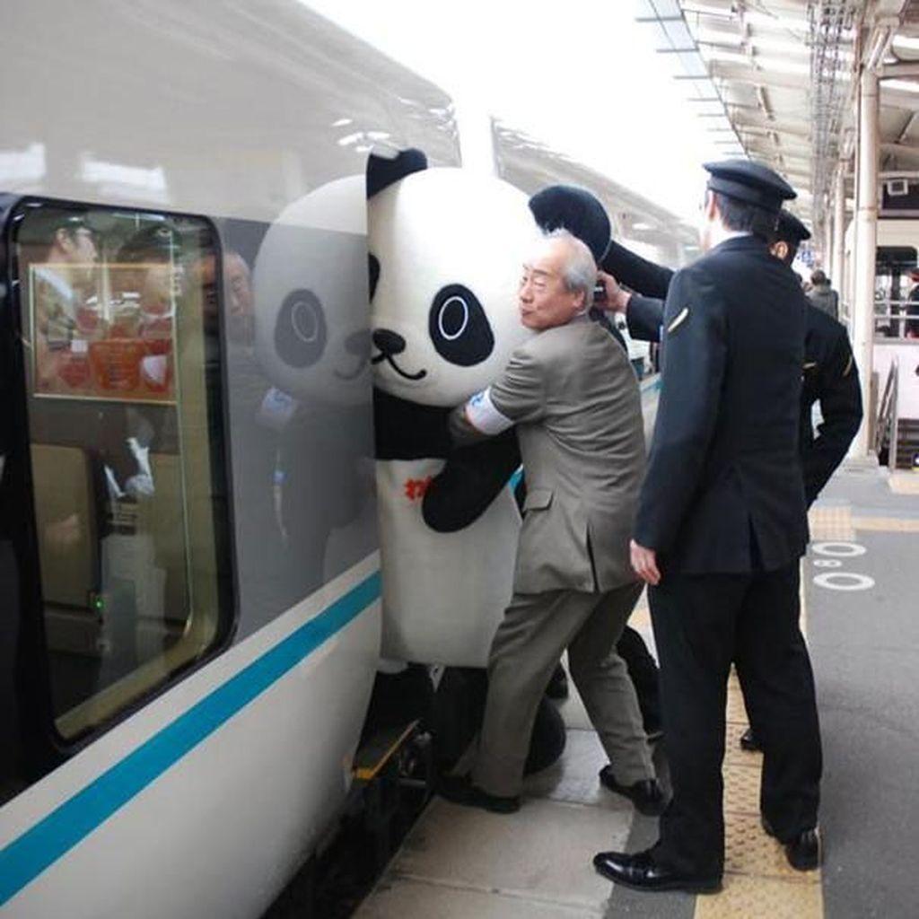 Potret Viral Penumpang Kereta Teraneh dan Bikin Ngakak