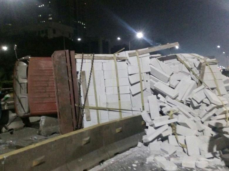 Truk Bermuatan Bata Ringan Tabrak Separator Busway di Semanggi