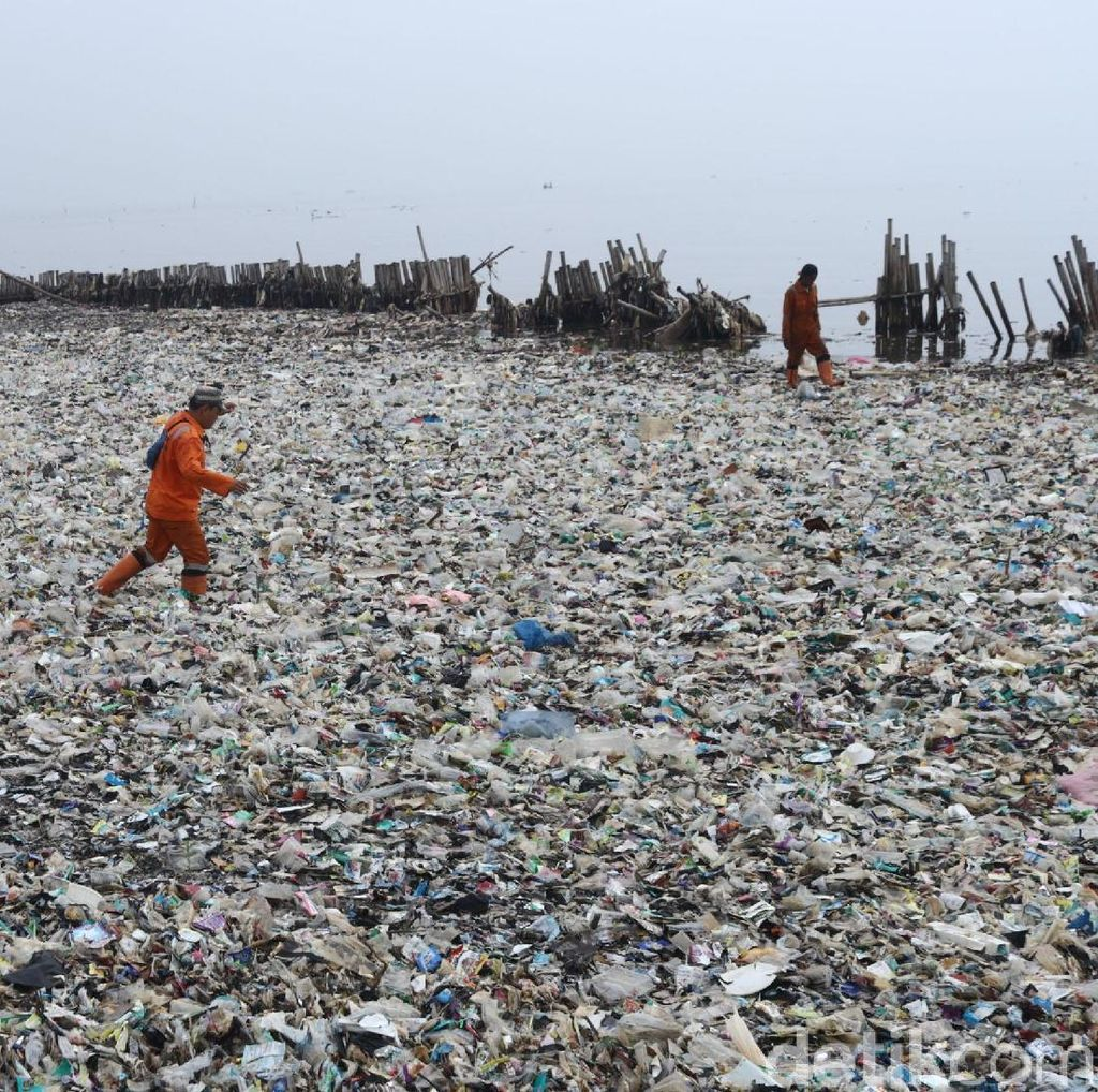 Berita Terheboh: Lautan Sampah di Teluk Jakarta, Lampu Lalin Nyanyi