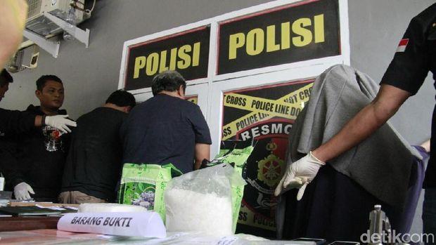 Rilis Polda Sulsel terkait penangkapan pasutri dan kurir kasus sabu, Sabtu (17/3/2018)