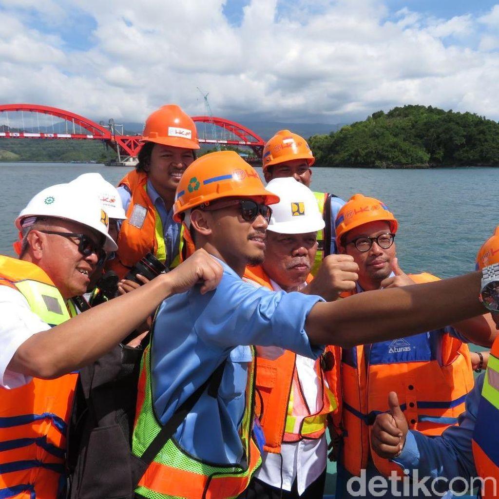 Kepalkan Tangan, Menteri PUPR Selfie di Depan Jembatan Holtekamp