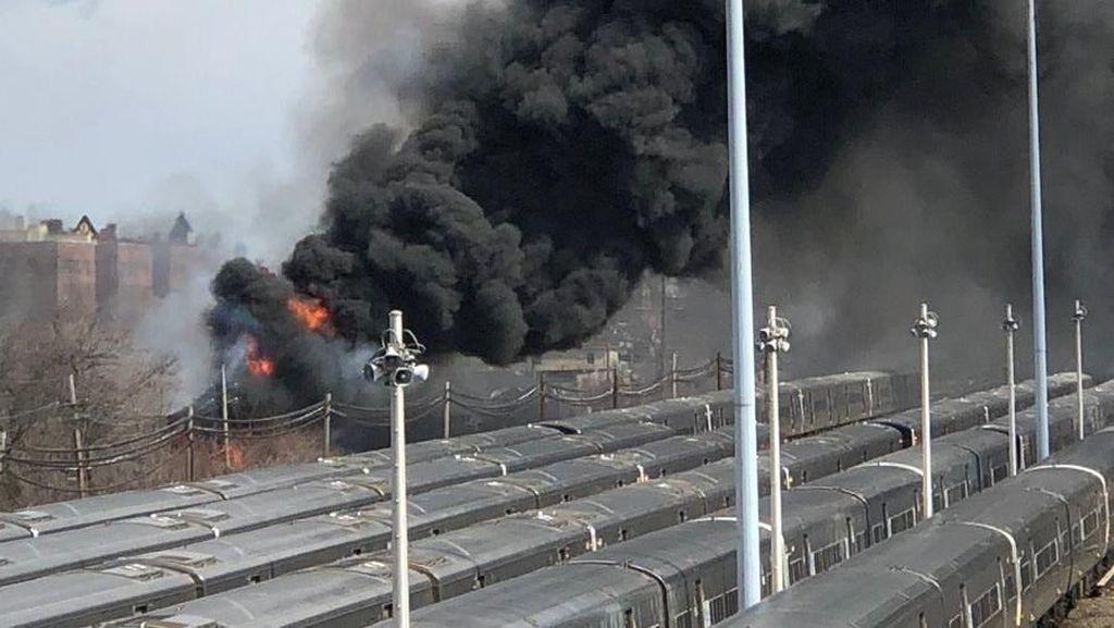Foto: Asap Tebal di Kebakaran Pabrik Daur Ulang New York