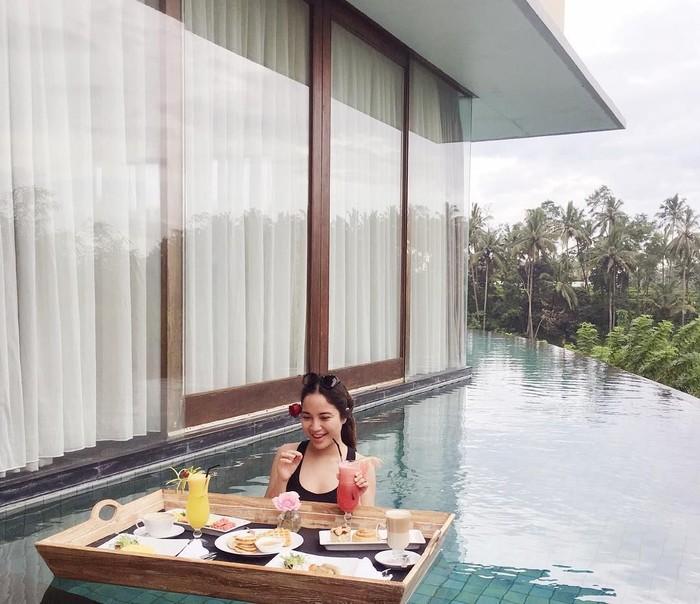 Cha Cha Frederica kedapatan memposting momen floating breakfastnya di Instagram pribadinya @chafrederica. Di dalam kolam renang, sudah ada sepaket makanan komplit yang siap disantap. Foto: Instagram