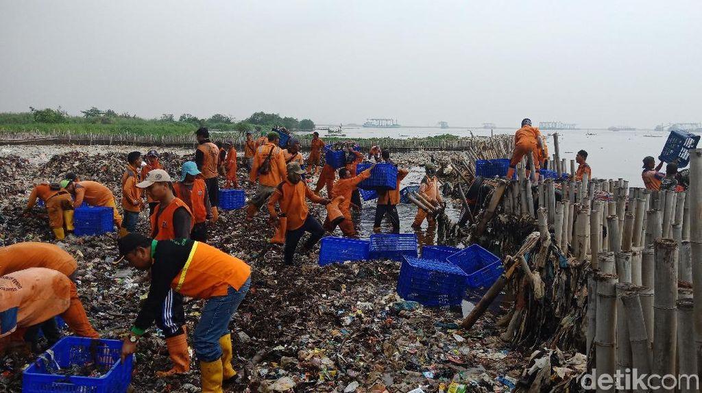 5 Jam Petugas Berjibaku, 9 Ton Sampah di Teluk Jakarta Diangkut