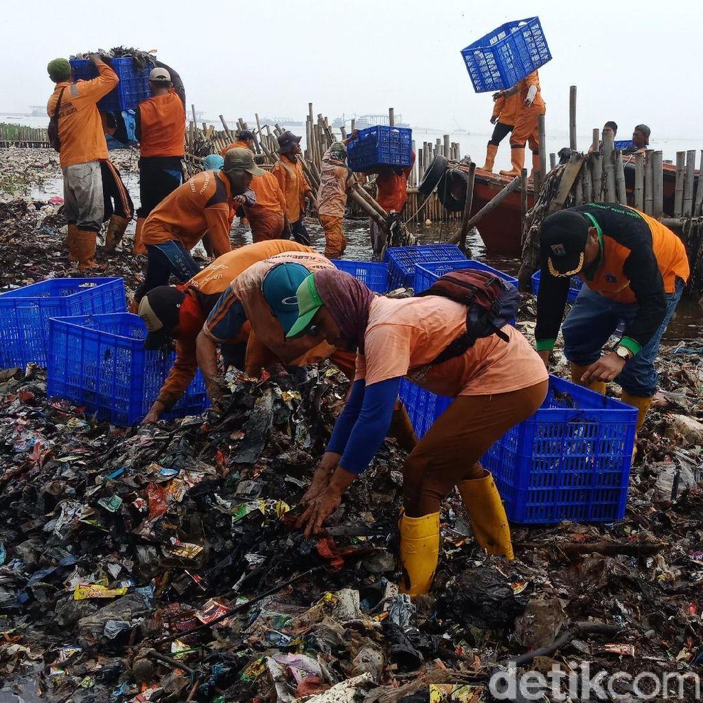 Personel dan Alat Berat Ditambah Angkat Sampah Teluk Jakarta
