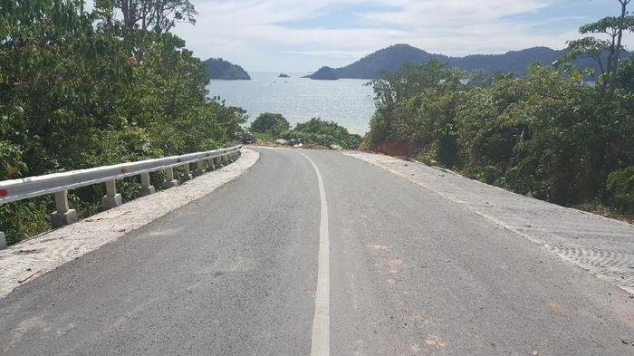 Jalan akses menuju destinasi wisata yang keindahannya kerap dibandingkan dengan Raja Ampat di Papua Barat ini ditingkatkan kondisinya menjadi beraspal dengan alokasi anggaran sebesar Rp 290,99 miliar. Foto: Dok. Ditjen Bina Marga PUPR