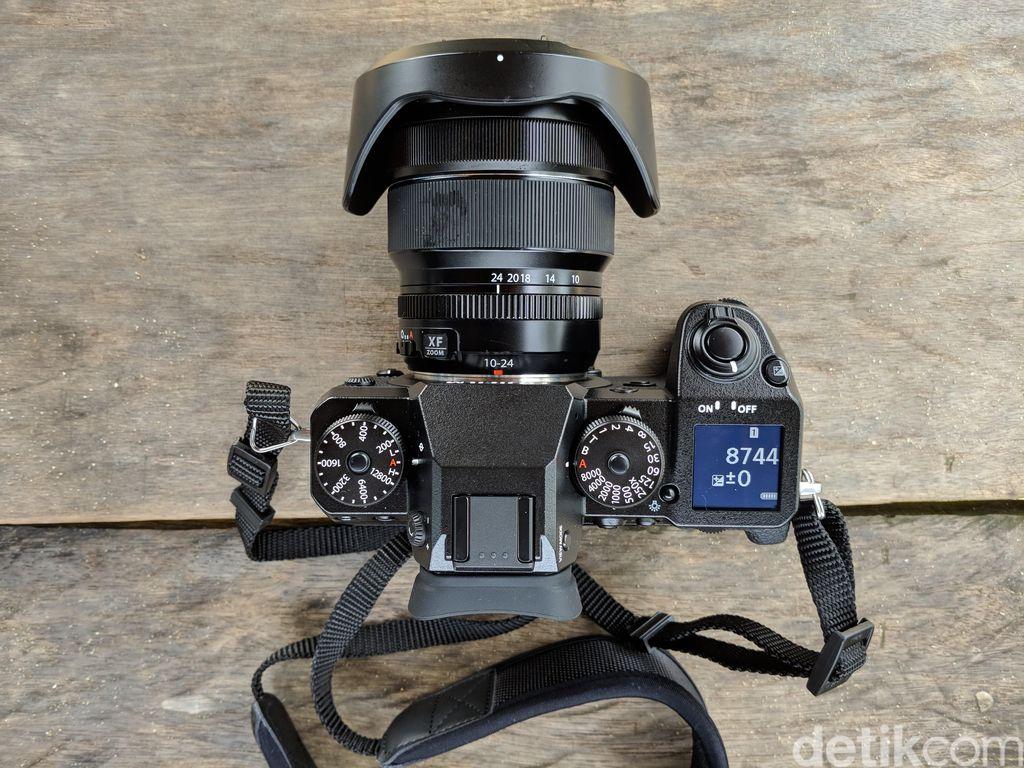 Kamera ini dibekali sensor APS-C-X-Trans CMOS III dengan resolusinya 24 MP dan prosesor X-Processor Pro. Foto: Adi Fida Rahman/detikINET