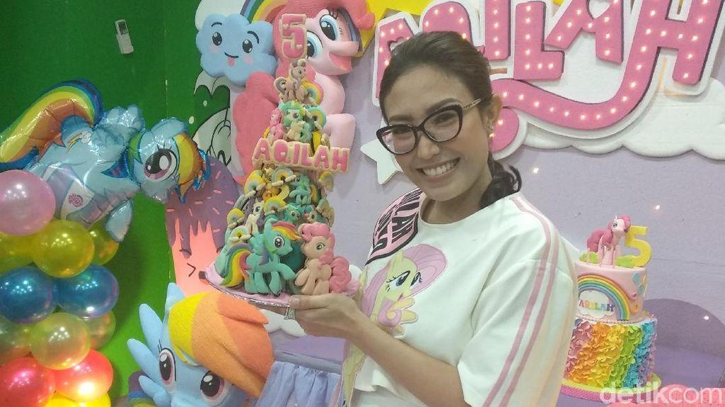 Kelakuan Lucu Anak Ayu Dewi Sebelum Perayaan Ulang Tahun