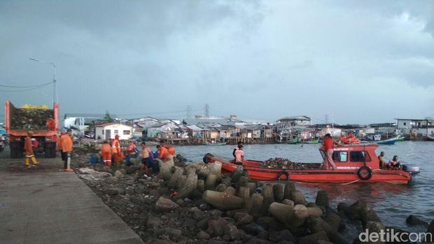 Kapal fiber membawa sampah ke dermaga Kali Adem untuk dibawa truk sampah ke Bantar Gebang