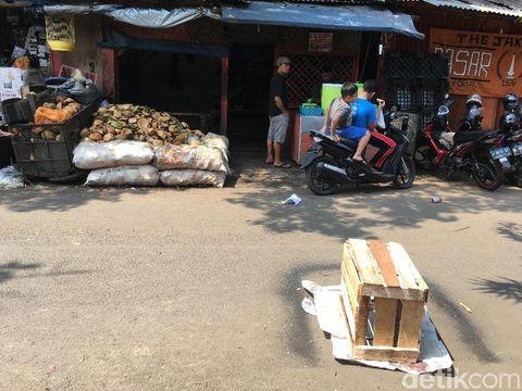 Besi Proyek Rusunawa Pasar Rumput Jatuh dan Timpa 1 Orang