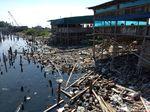 Sampah di Pantai Marunda Ditumpuk Jadi Akses Jalan