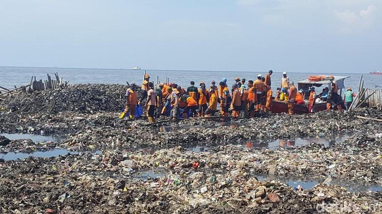 Petugas yang Tetap Happy Bersihkan Sampah di Teluk Jakarta