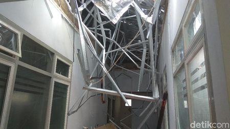 Penampakan Satu Ruangan RSAL Surabaya yang Ambruk