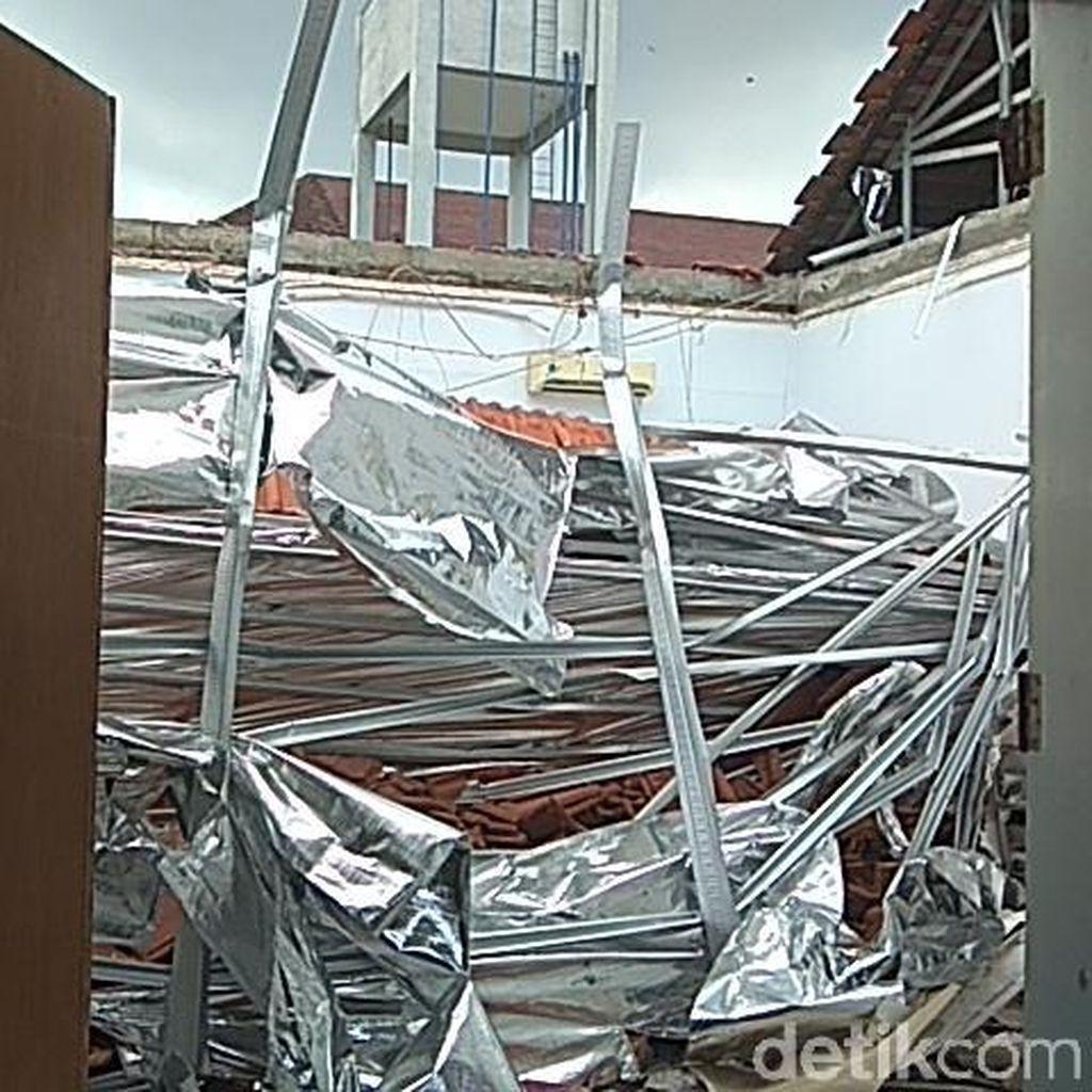 Atap Berantakan, Begini Kondisi Ruangan RSAL Surabaya yang Ambruk