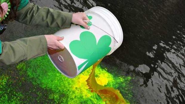 Proses mengubah warna sungai jadi hijau.