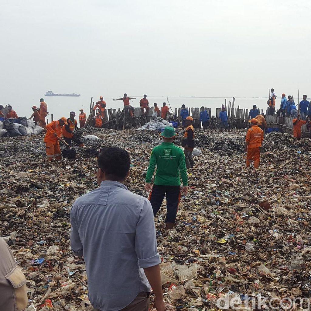 Pembersihan Sampah di Teluk Jakarta Ditargetkan Selesai 1 Pekan