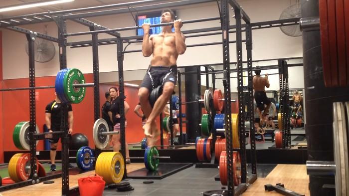 Marcus Bondi asal Australia memecahkan rekor chin up dengan beban terbanyak dalam satu menit. Ia memecahkan rekor dengan 30 chin up dalam semenit. Foto: Marcus Bondi/Youtube