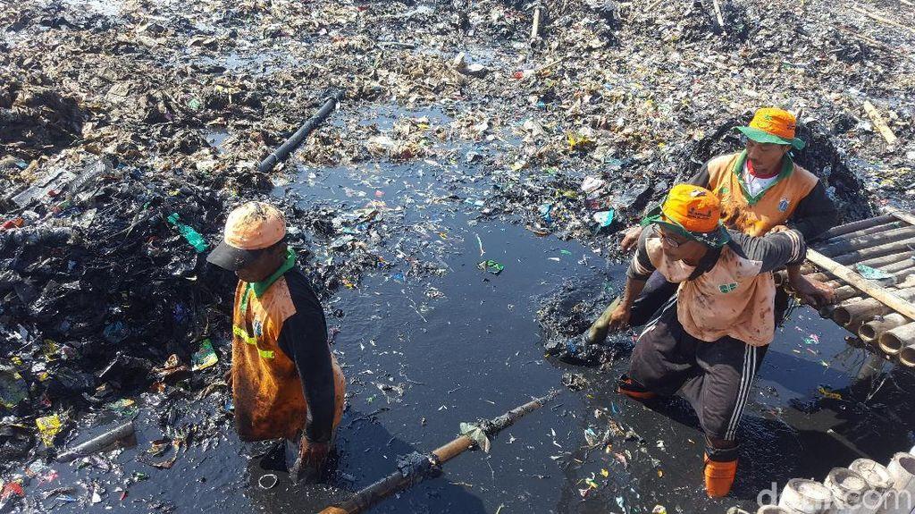 Beragam Ekspresi Pembersih Sampah di Teluk Jakarta