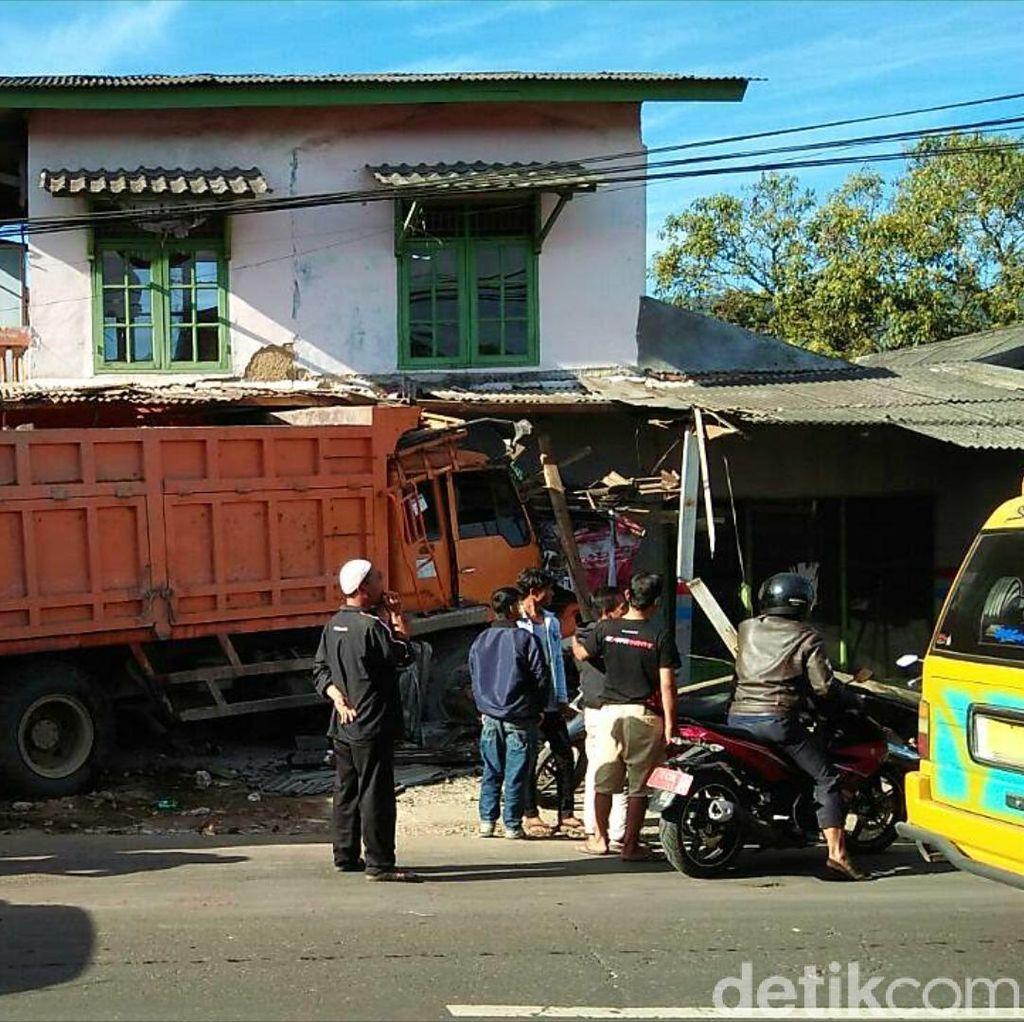 Truk Seruduk Mobil dan Dua Rumah di Sukabumi