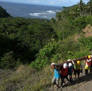Terangi 4 Desa di Morotai, PLN Angkut Tiang Listrik Lewat Laut