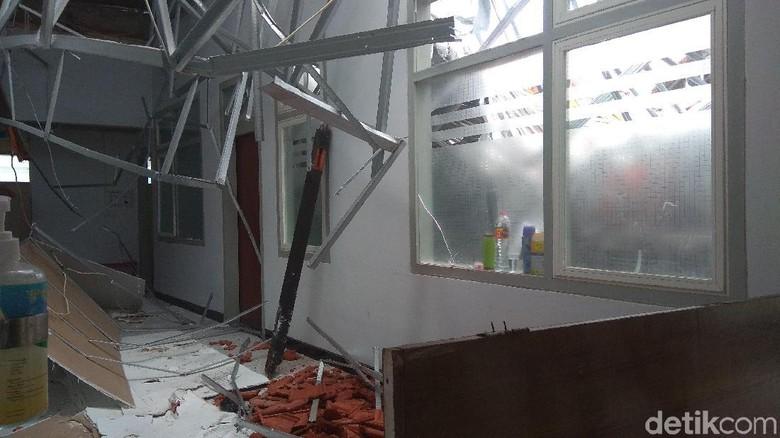 TNI AL Turunkan Tim Tangani Runtuhnya Atap Ruangan di RSAL