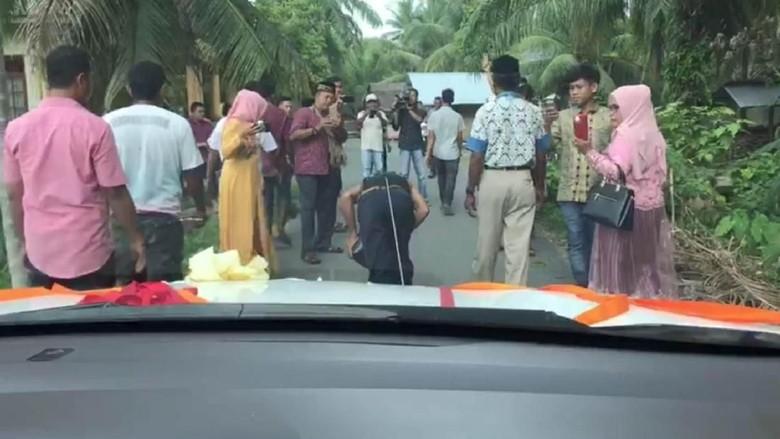 Bukan Limbad, Pria Ini Tarik Mobil Pengantin dengan Rambutnya