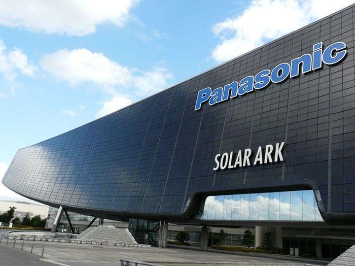 Panasonic Solar Ark, Jepang. Adalah salah satu bangunan panel surya terbesar di dunia. Ada lebih dari 5000 panel surya. Dia sekaligus menjadi museum dan monumen energi terbarukan. Desainnya modern dan ramping. Istimewa/playbuzz.com